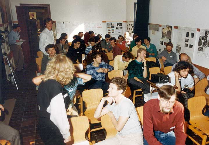 In 1986 it wasn't easy to get participants inside after the coffee break. Chris Steyaert calls participants inside, in front is Gaby Haderer, Detlef Koschny, standing in the room Bernhard Koch, before him Ferenc Horvath and at right Ghislain Plesier, Carl Johannink and Per Aldrich (credit Casper ter Kuile).