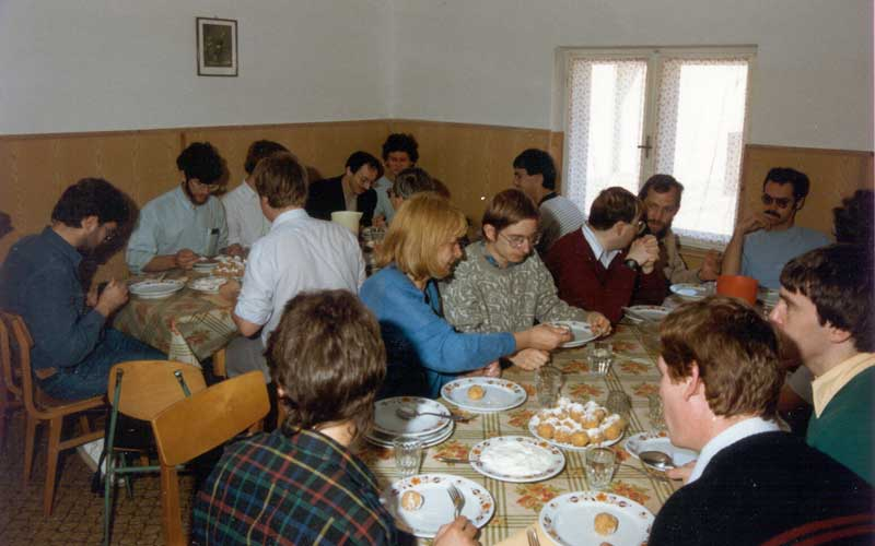 Meals were provided in a local school in Kötcse, from l.to r. first table Evelyne Blomme, Rainer Arlt, Marc Gyssens, Jürgen Rendtel, André Knöfel and in front at right Malcolm Currie (credit Casper ter Kuile).