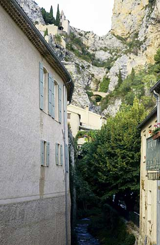 Sightseeing in the valley of the Verdon, Moustier-St.-Marie, notice the constructions in the rocks (credit Axel Haas).