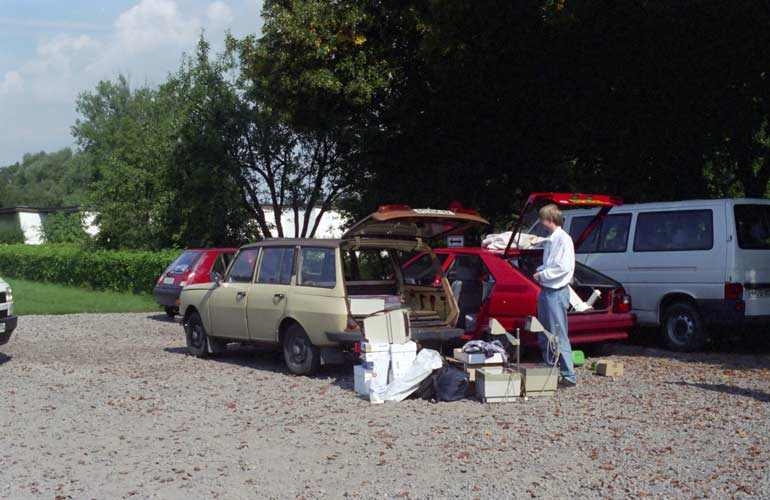 Departure: Rainer Arlt packing the IMC equipment in the cars (credit Gisela De Smedt).