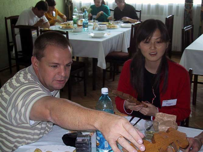 Lunch at the 2002 IMC, Arnold Tukkers and Min Guan (credit Casper ter Kuile).