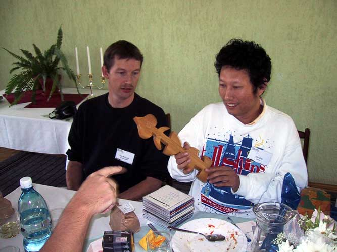 Lunch at the 2002 IMC, Jos Nijland and Jin Zhu exchanging presents (credit Casper ter Kuile).