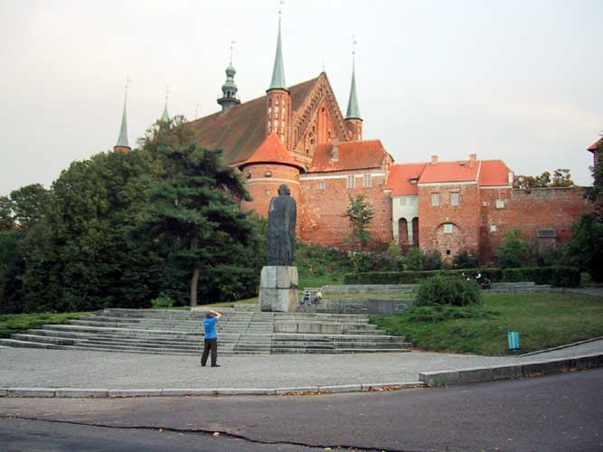 During the excursion, the cathedral and the statue of Copernicus (credit Casper ter Kuile).