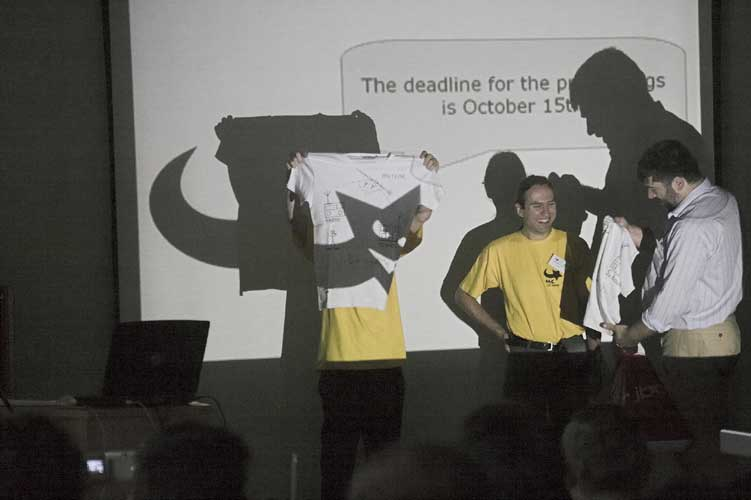 Frans Lowiessen offering a hand signed T-shirt as present to Cis Verbeeck and Jean-Marc Wislez for their efforts for having the Radio Meteor School (credit Rainer Arlt).