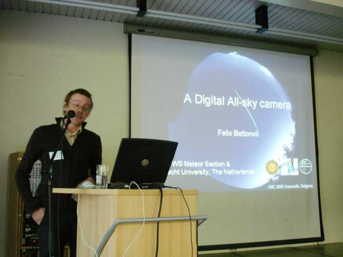 Felix Bettonvil presenting 'A digital all-sky camera' (credit Jos Nijland).