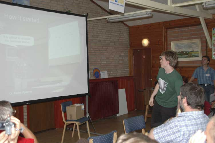 Geert Barentsen presenting '3D visualization of meteoroid streams' (credit Urijan Poerink).