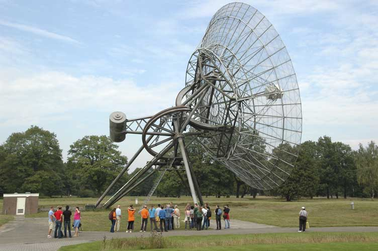 Visiting the Westerbork radio telescopes (credit Urijan Poerink).
