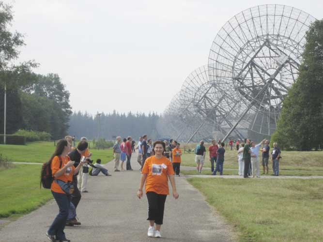 The synthetic radio telescope array with in front Adriana Nicolae and Diana Larisa Tampu (credit Casper ter Kuile).