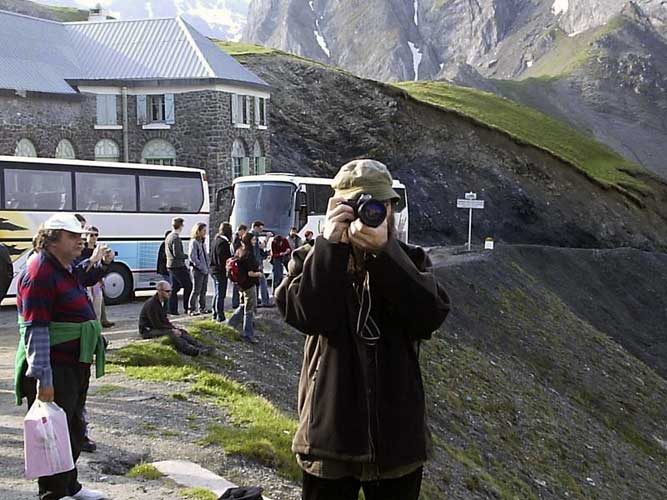 Stop at Tourmalet, in front Valentin Grigore photographing (credit Adriana Nicolae).