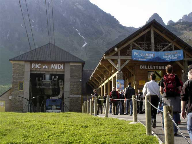 IMC participants waiting to get in the cable car to Pic du Midi (credit Jos Nijland).