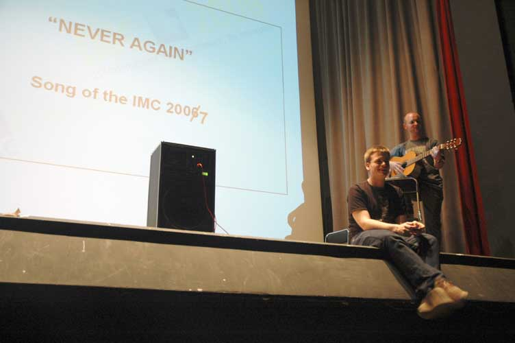 Geert Barentsen on harmonica and Jonathan McAuliffe bring the 'Never again' song (credit Jean-Marc Wislez).