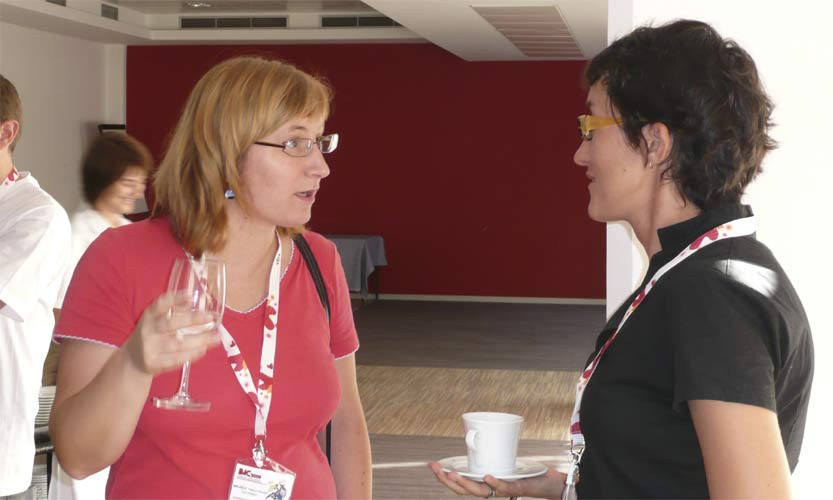 Saturday morning coffee break: Mihaela Triglav Čekada talking to Dragana Okolic (credit Paul Roggemans).