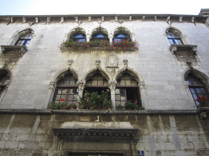 Facade of Poreč building with two rows of trifora (triphora) windows (credit Casper ter Kuile).