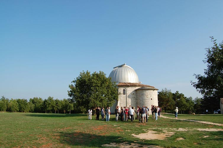 The group in front of the Višnjan Observatory (credit Gabriela Sasu).