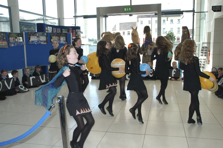 OASES performance by local children and the Armagh Rhymers, Irish dance on solar system scale (credit EurAstro - Jean-Luc Dighaye).