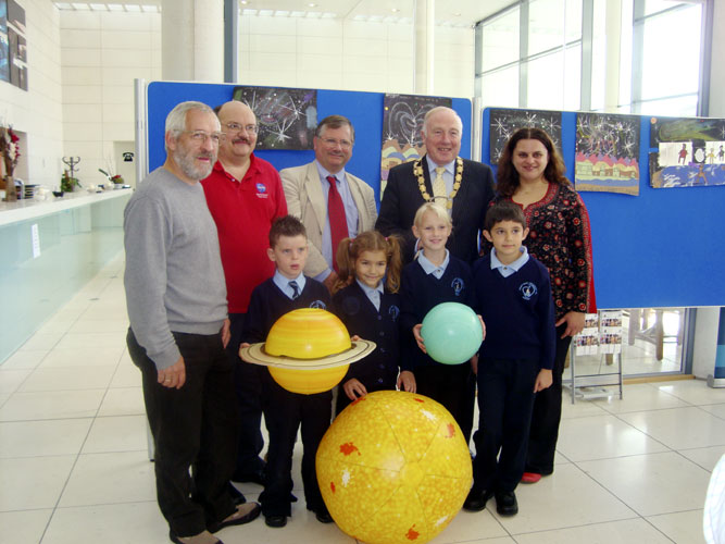 From l. to r. Jürgen Rendtel, William Cooke, Mark Bailey, Jim Speers and Miruna Popescu with four children of the Mount St Cathernie's Primary School Armagh (credit Anna Kartashova).