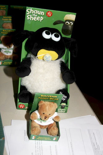 130 Irish souvenir teddy bears aund Shaun the Sheep looking forward to meet their future owner (credit Bernd Brinkmann).