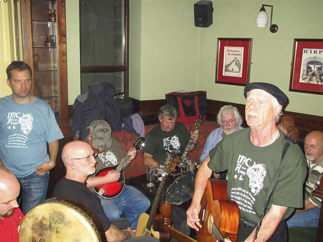 Social evening in the Turners Pub: from l.to r. Jonathan McAuliffe, Sylvain Bouley and the Armagh Rhymers assuring the warm Irish hospitality with music (credit Casper ter Kuile).