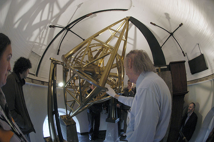 John McFarland showing the oldest still functional telescope of Armagh Observatory (credit EurAstro - Jean-Luc Dighaye).