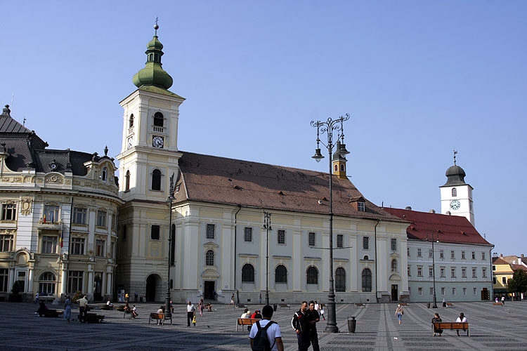 The impressive market place of Sibiu notice the tower that served as IMC logo at right (credit Bernd Brinkmann).