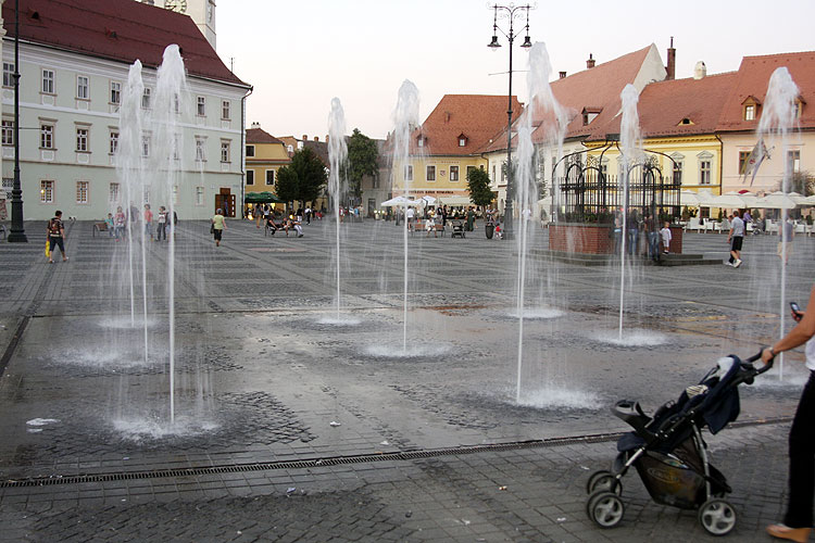 On the way during the walk in the historic city: the market place with the fontains of Sibiu (credit Bernd Brinkmann).
