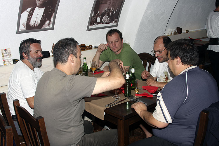 Friday evening traditional Romanian dinner in Sergiana Restaurant. From left to right Tibor Hegedüs, Antal Igaz (back), Krisztian Sarneczky, Istvan Tepliczky and Barnabas Lörincz (credit Bernd Brinkmann).