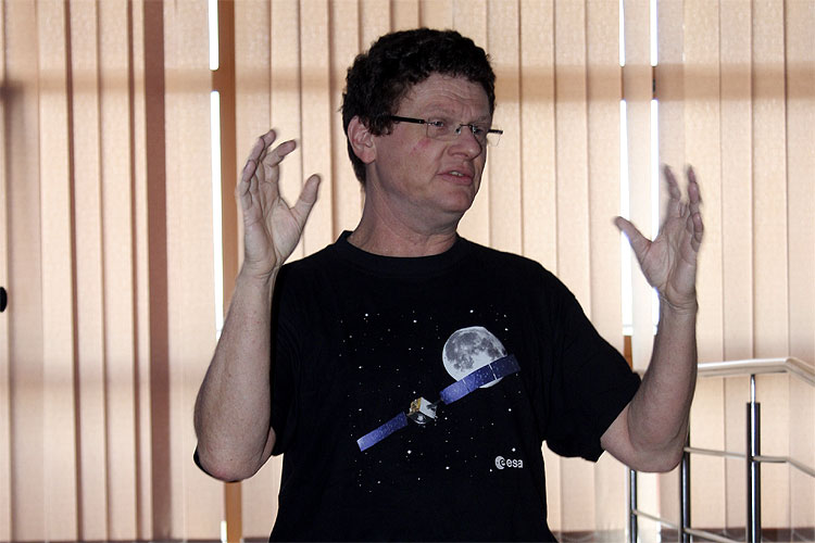 Detlef Koschny with the lecture 'Meteor news from ESA/RSSD's meteor research group' (credit Bernd Brinkmann).