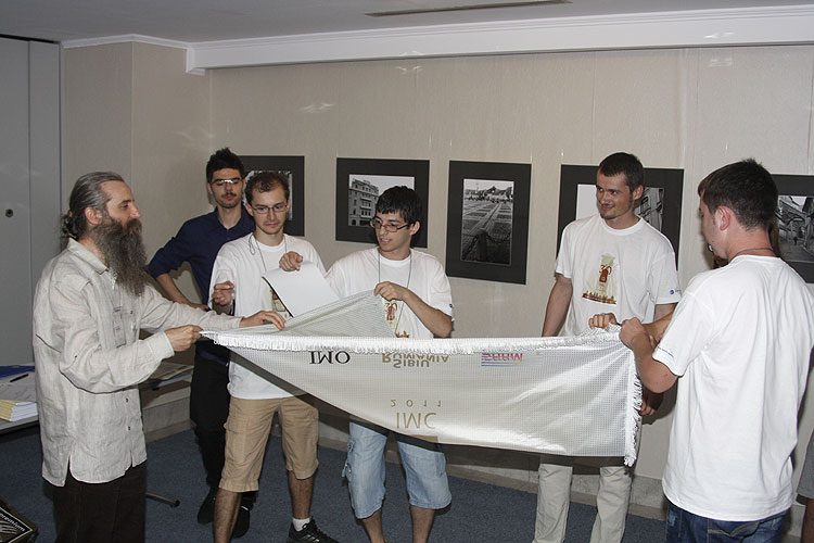 The Sunday noon: The end of the 30th IMC with a symbolic ritual the IMC flag is being folded. From left to right Valentin Grigore, Alex Grigore, Valentin Mocanu, Florin Stancu, ?? and Razvan Claudiu Ciubotaru (credit Bernd Brinkmann).