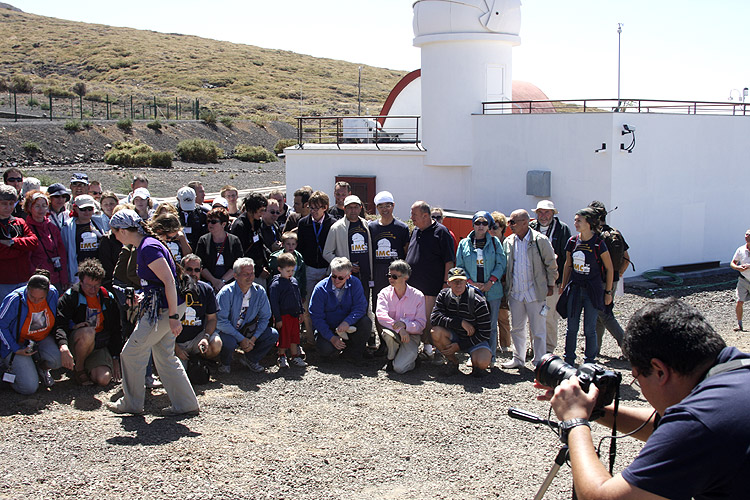 During the excursion: an attempt to make a group photo at the Magic Telescope (credit Bernd Brinkmann).