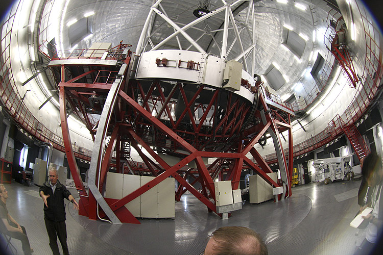 During the excursion: the 10 m telescope with Stijn Calders at left (credit Bernd Brinkmann).