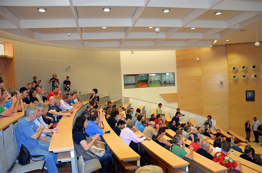 View in the lecture room. In the bottom left corner we see Damir Segon talking to Enrico Stomeo. (credit Axel Haas).