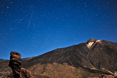 geminid meteor over volcano Teide with full moon 2011 uploaded by Roberto Porto Mata