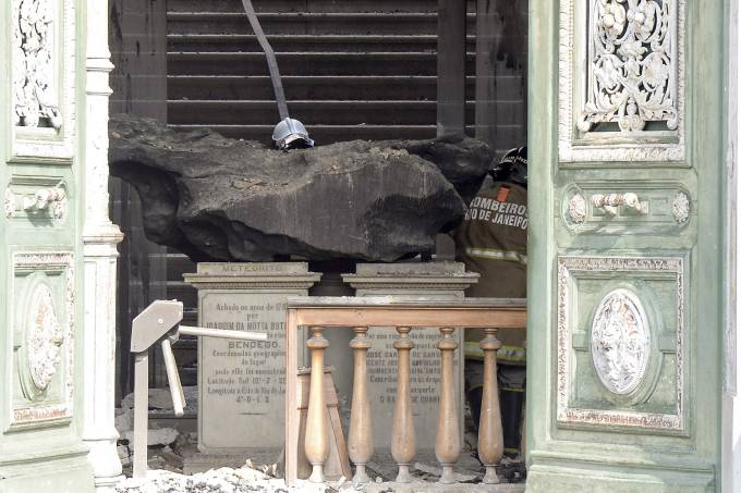 Bendegó meteorite after museum fire. Image: Clever Feliz/Brazil Photo Press/Folhapress