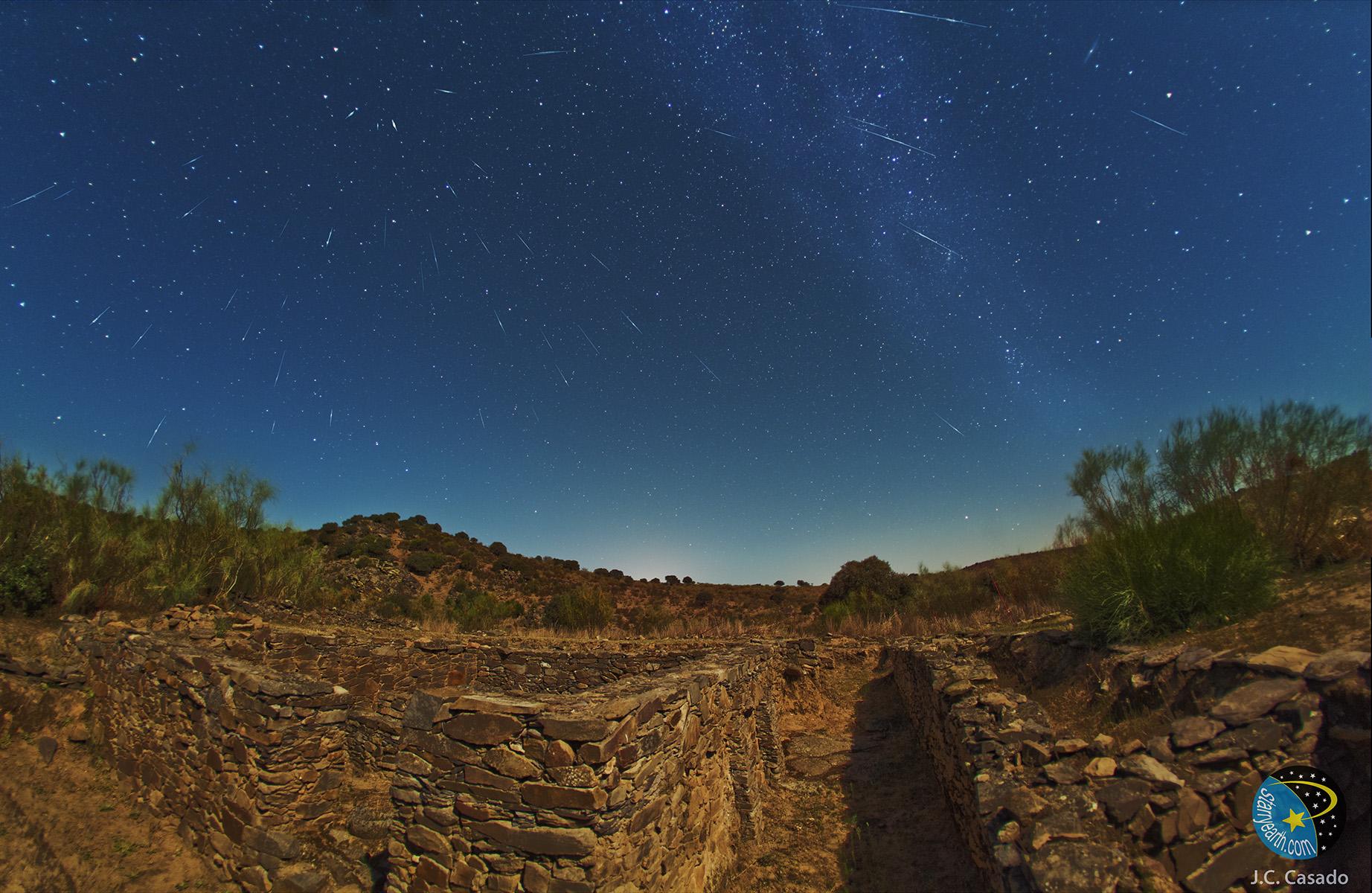 2011 Draconids meteor outburst photographed by Juan Carlos Casado from Spain. Credit: Juan Carlos Casado